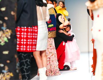 来自中国温州的7岁女童大文身穿自己设计的公主裙