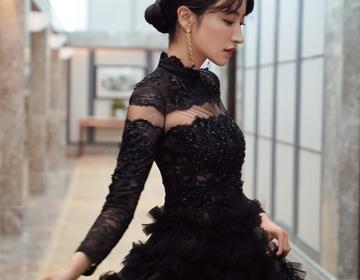 曲尼次仁亮相丝绸之路电影节闭幕式 一袭白裙尽显