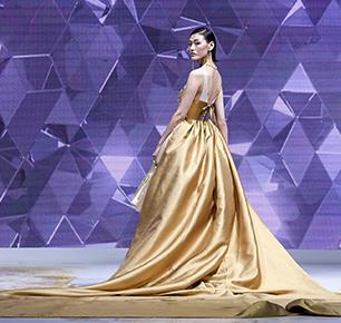 """挖掘64年工艺 86套华服,""""华·梦""""大秀开启2018北京时装周时尚之旅"""