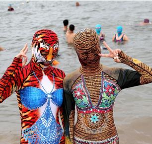 最新脸基尼产品亮相海滩,模特海水浴场引围观,被赞魔性