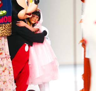 来自中国温州的7岁女童大文身穿自己设计的公主裙登上上海时装周的T台
