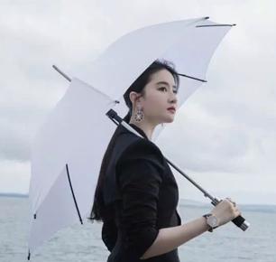 """刘亦菲再现""""西装杀"""" 一袭黑色西服撑伞漫步海边,超美的"""