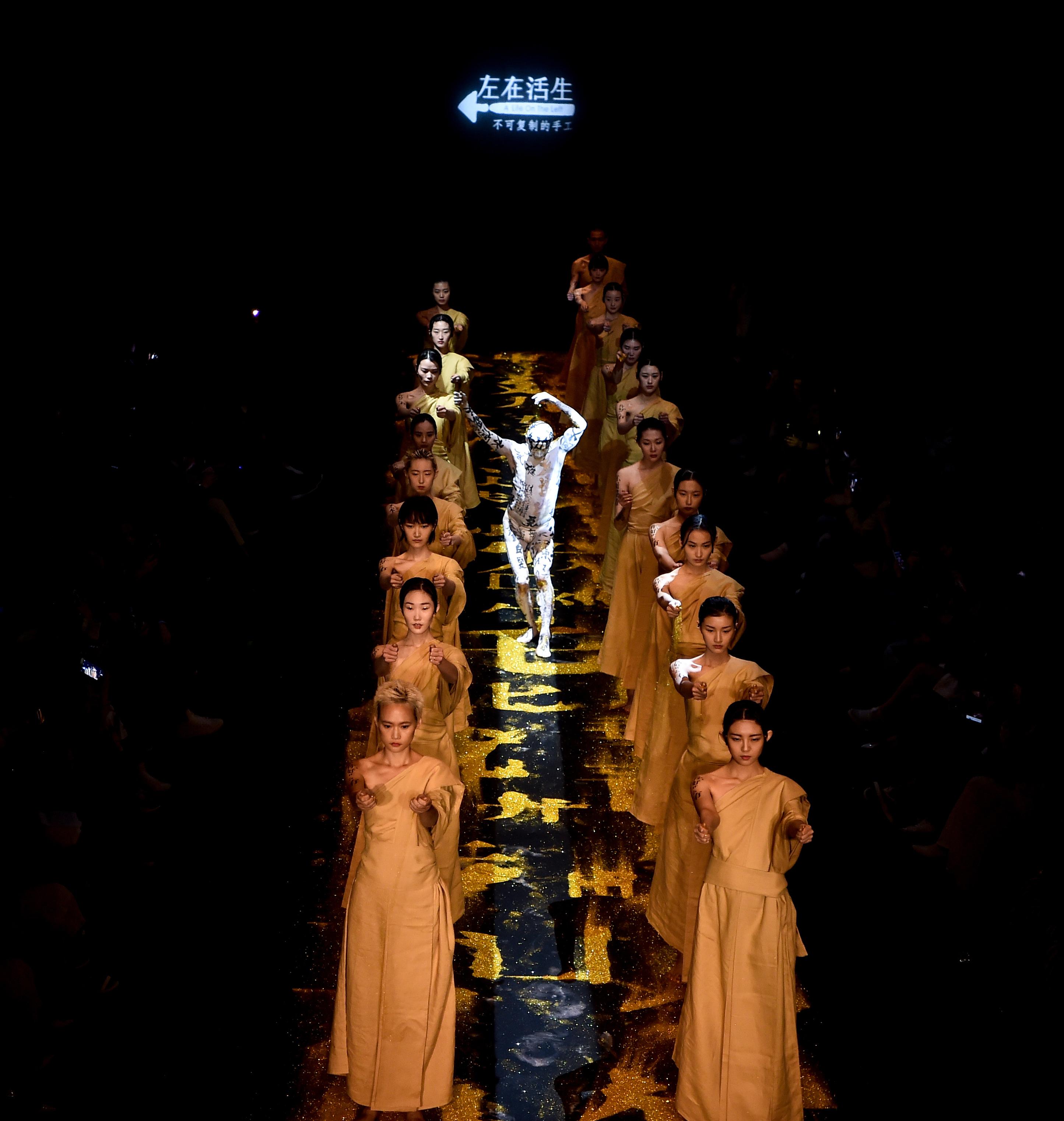 传统手工的追求者!生活在左2018秋冬系列在中国国际时装周上精彩演绎