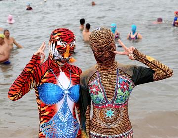 最新脸基尼产品亮相海滩,模特海水浴场引围观,被赞魔